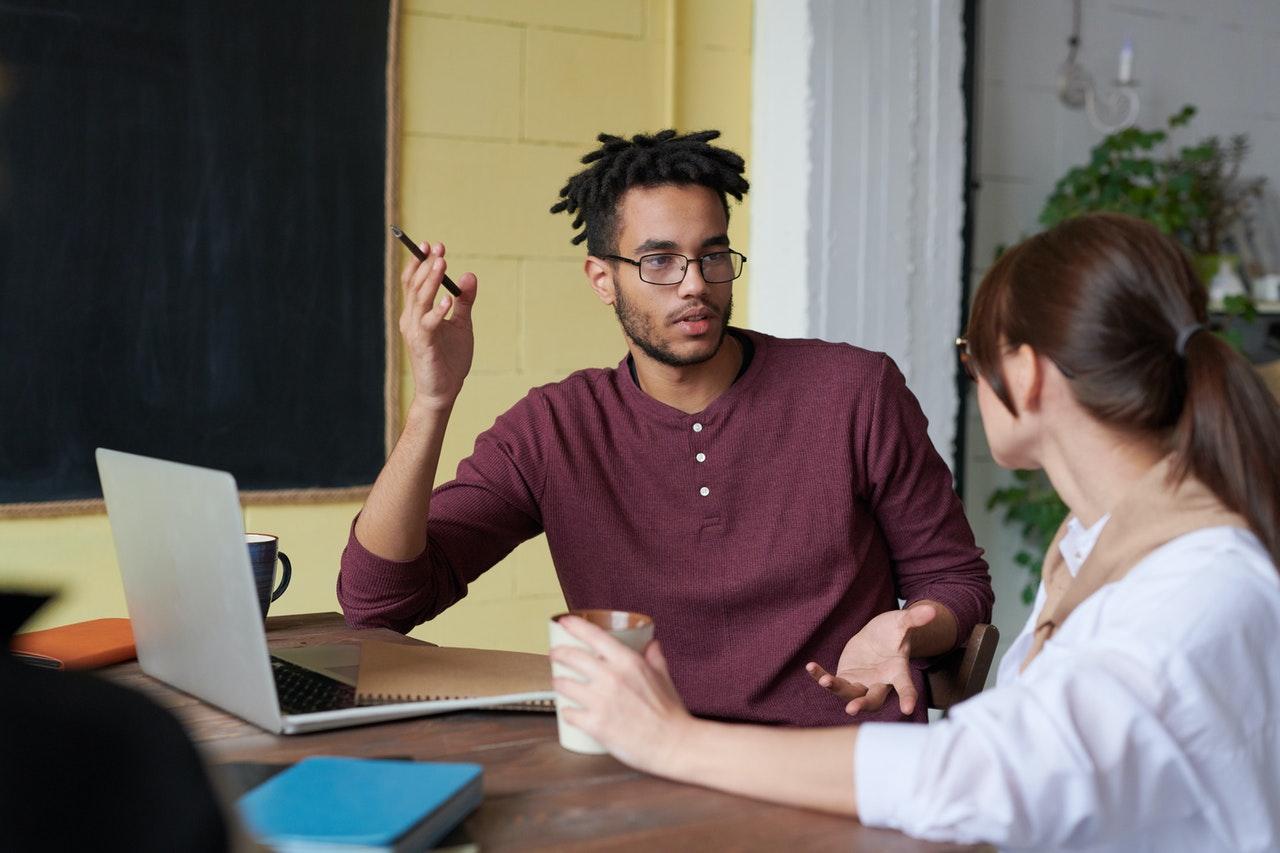 Mennesker taler sammen med en computer