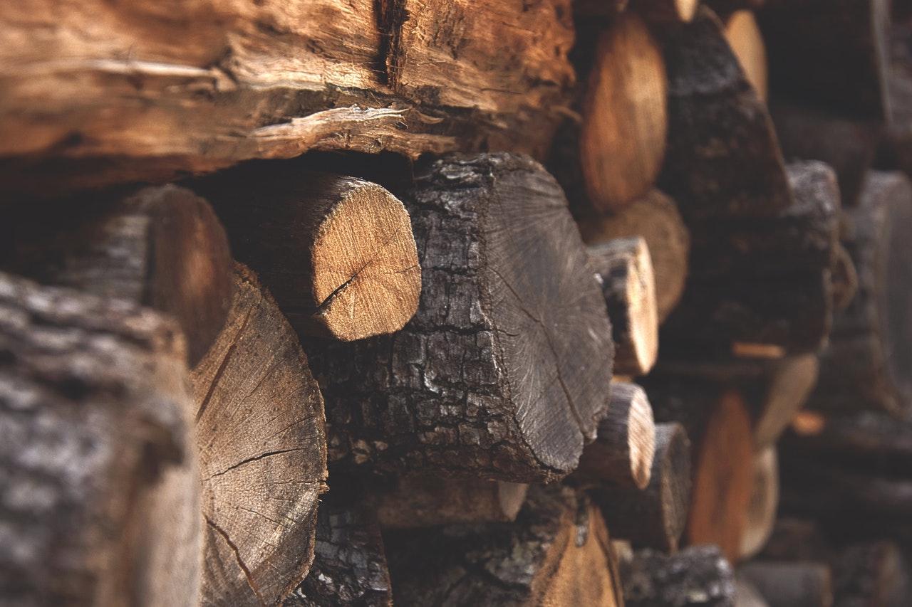 Træ er stablet i en stak