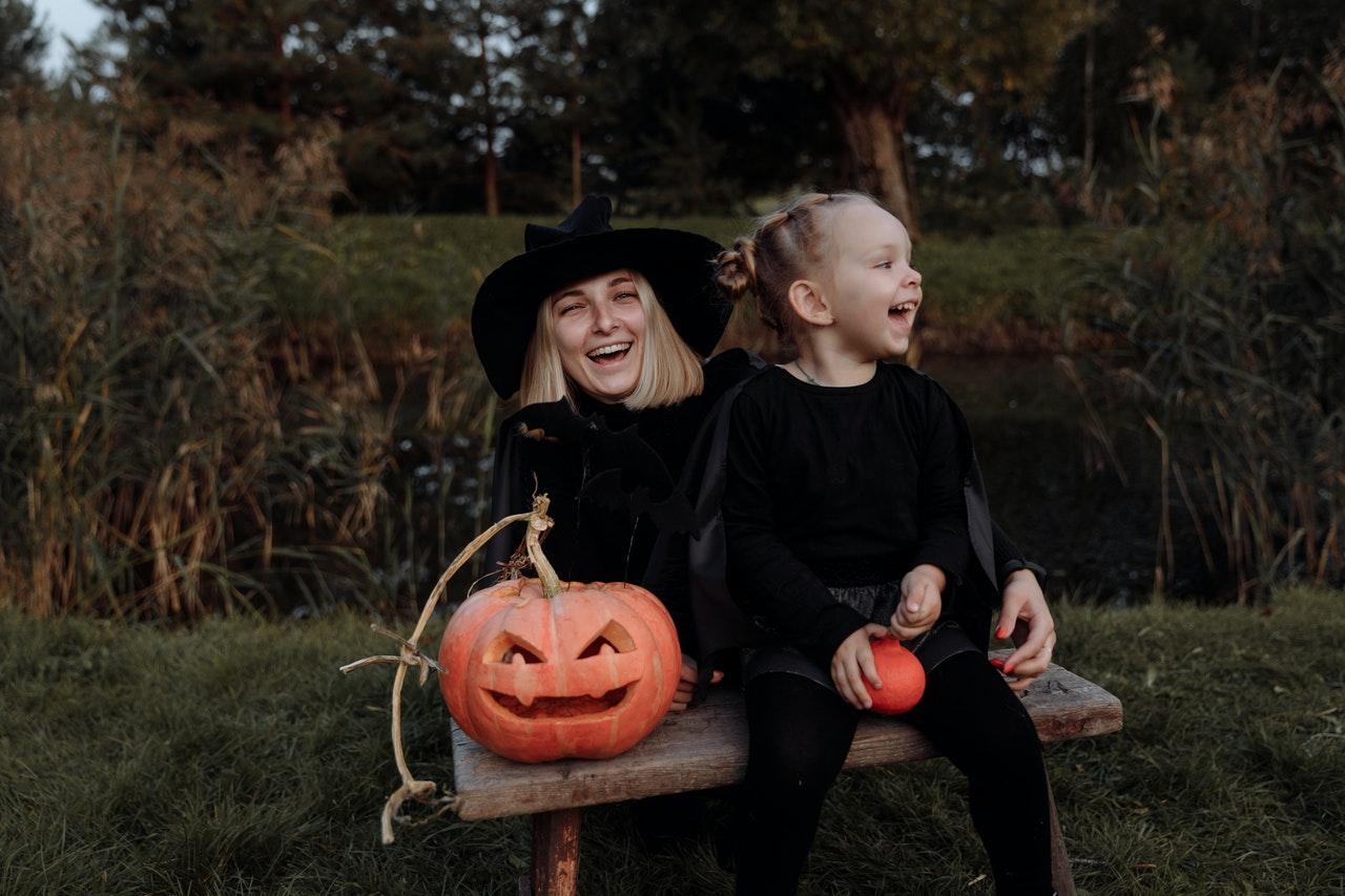 Mor og datter er klædt ud som hekse