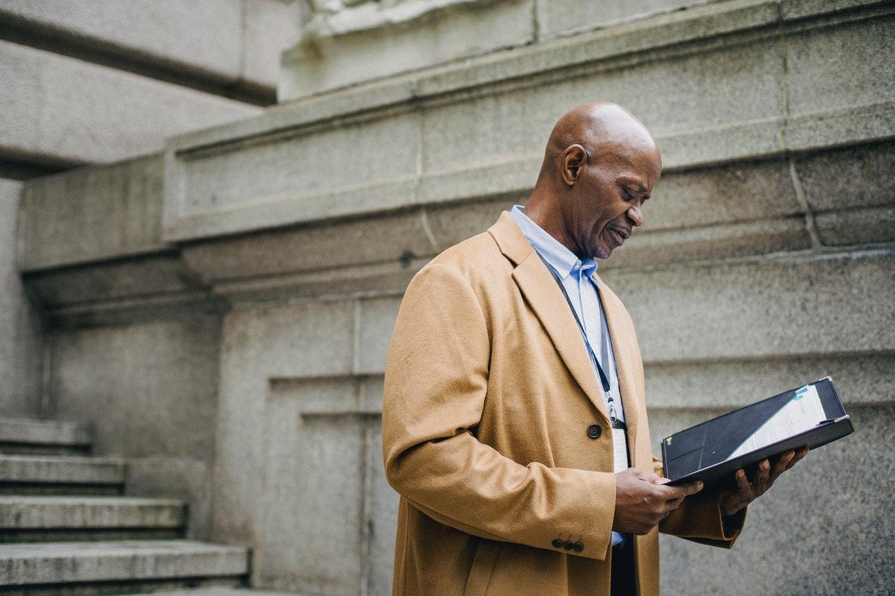 Skaldet mand læser ting på ipad